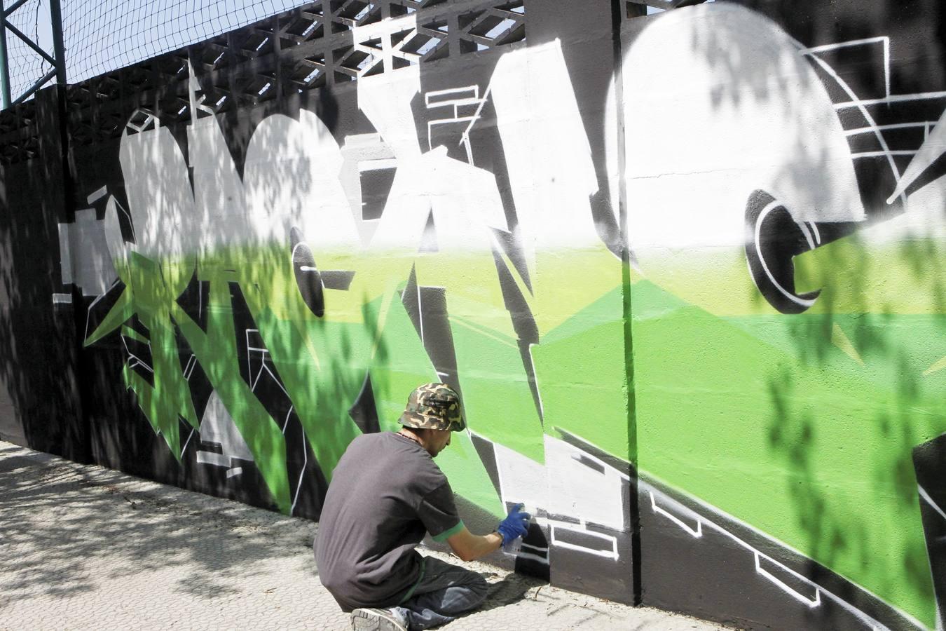 Los voluntarios pintan el muro de La Albericia
